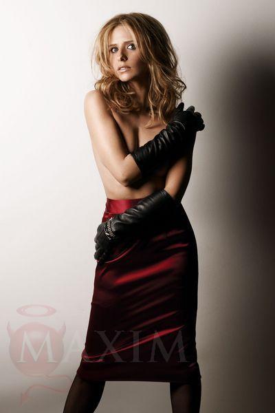 sarah_michelle_gellar red dress black gloves stockings ...